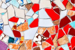 Il mosaico di piastrelle spezzate è sempre una pessima idea ecco